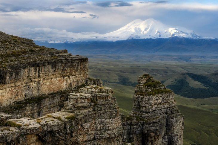 Джип-тур на плато Бермамыт: живописный вид на Кавказский хребет
